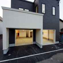 2台並列組込ガレージとスキップフロアのある家