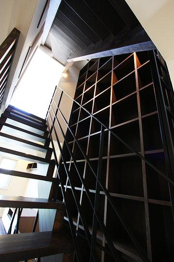 階段吹抜けの大きな本棚と屋上バルコニーのある家