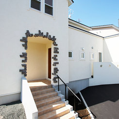 青空に白壁が映える南欧風の家